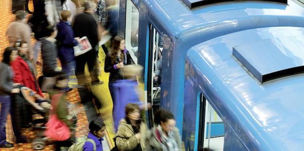 Vous risquez moins d'attraper la COVID-19 dans le métro qu'au bureau