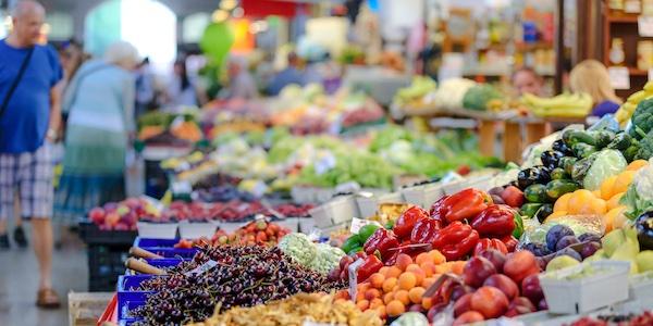 Quatre Canadiens sur cinq se disent prêts à payer plus pour des aliments cultivés localement, mais ils ne le font pas vraiment