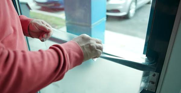 Une technologie montréalaise pourrait éliminer 99,9% des microbes sur les surfaces que nous touchons quotidiennement dans les lieux publics