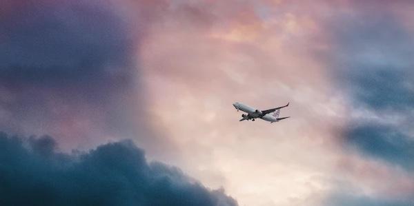 La moitié des émissions polluantes causées par les avions est due à seulement un pour cent de la population