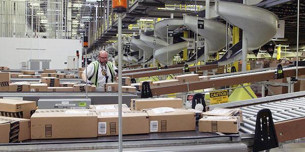 L'impact d'Amazon, selon Bloomberg: une baisse du salaire des employés d'entrepôts