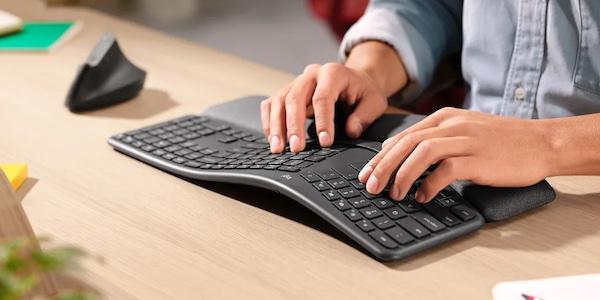 Claviers et souris ergonomiques pour un bureau à la maison ultra confortable