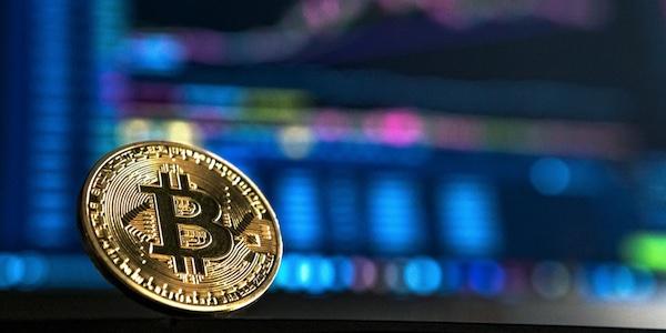 Les petits épargnants canadiens investissent de plus en plus dans les fonds négociés en bourse et dans le bitcoin