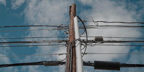 Internet en région: Bell dit avoir tout mis en place pour faciliter l'accès à ses poteaux par d'autres fournisseurs de services Internet au Québec