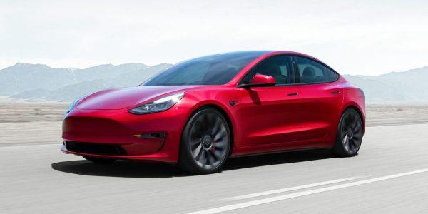 Au Québec, une Tesla Model 3 doit rouler 13500 kilomètres avant de devenir moins polluante qu'une Toyota Corolla