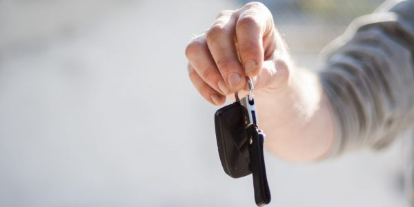Des locateurs de voitures visés par une action collective pour avoir refusé de louer à des jeunes